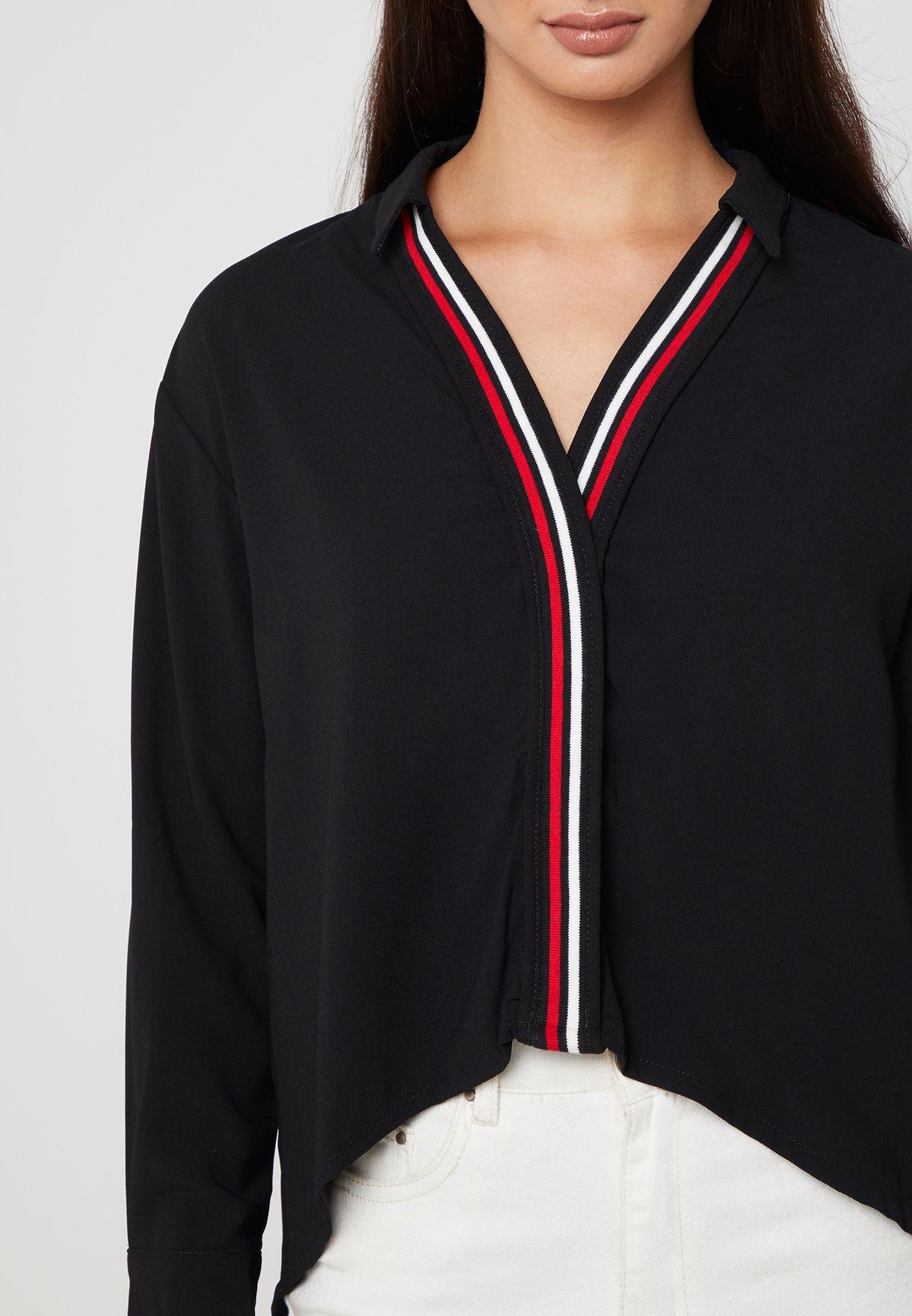 قميص مع حواف بلون مغاير