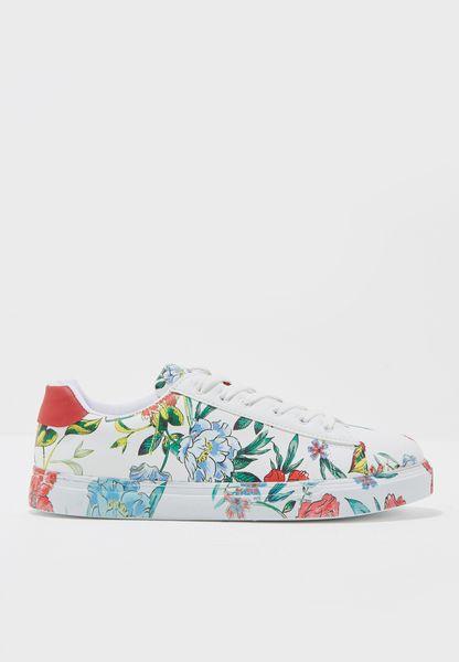 حذاء بطبعات ازهار واربطة