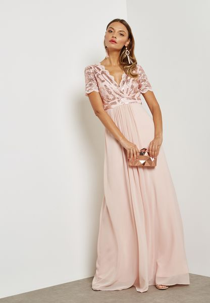 فستان بأجزاء دانتيل ومزين بالترتر