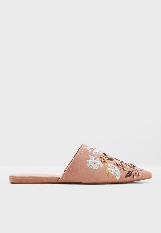 حذاء باجزاء مطرزة في الامام