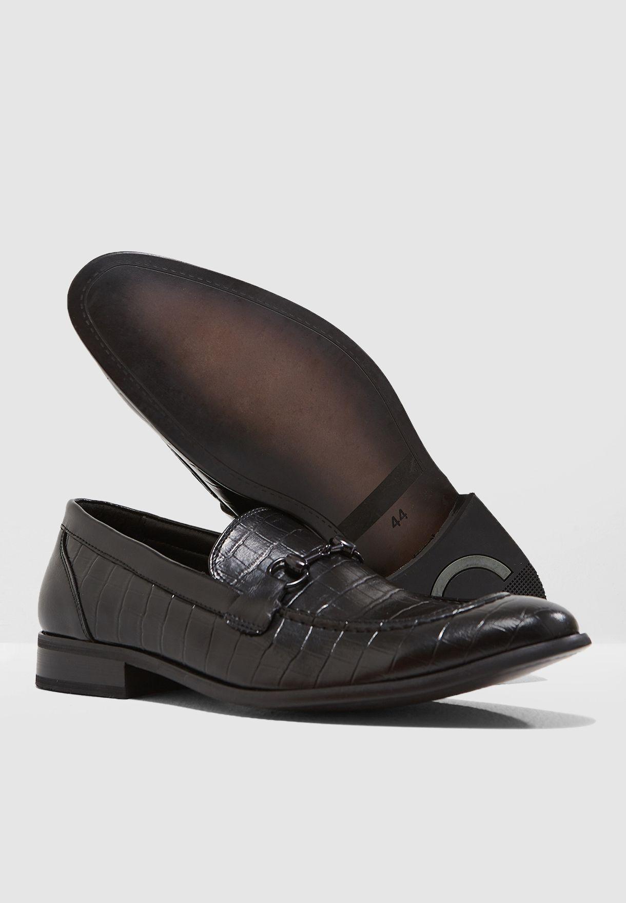 حذاء رسمي بمظهر جلد تمساح