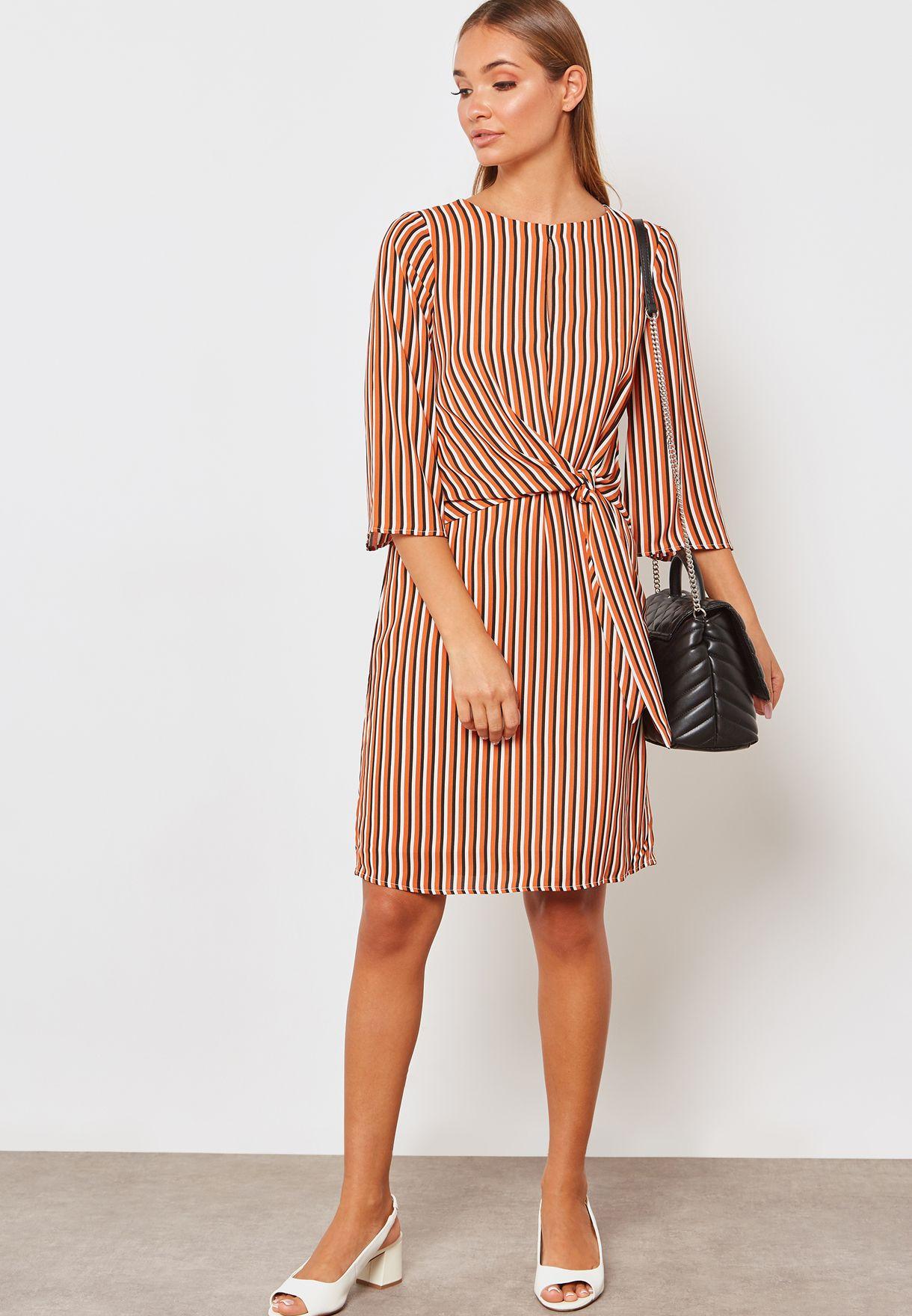 فستان بخطوط ومزين بعقدة في الامام