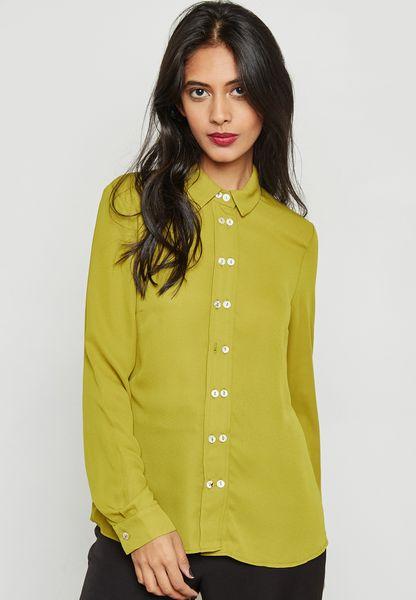 قميص مزين بأزرار