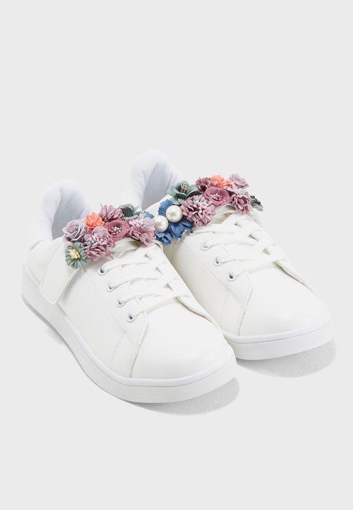 سنيكرز مزين بأزهار