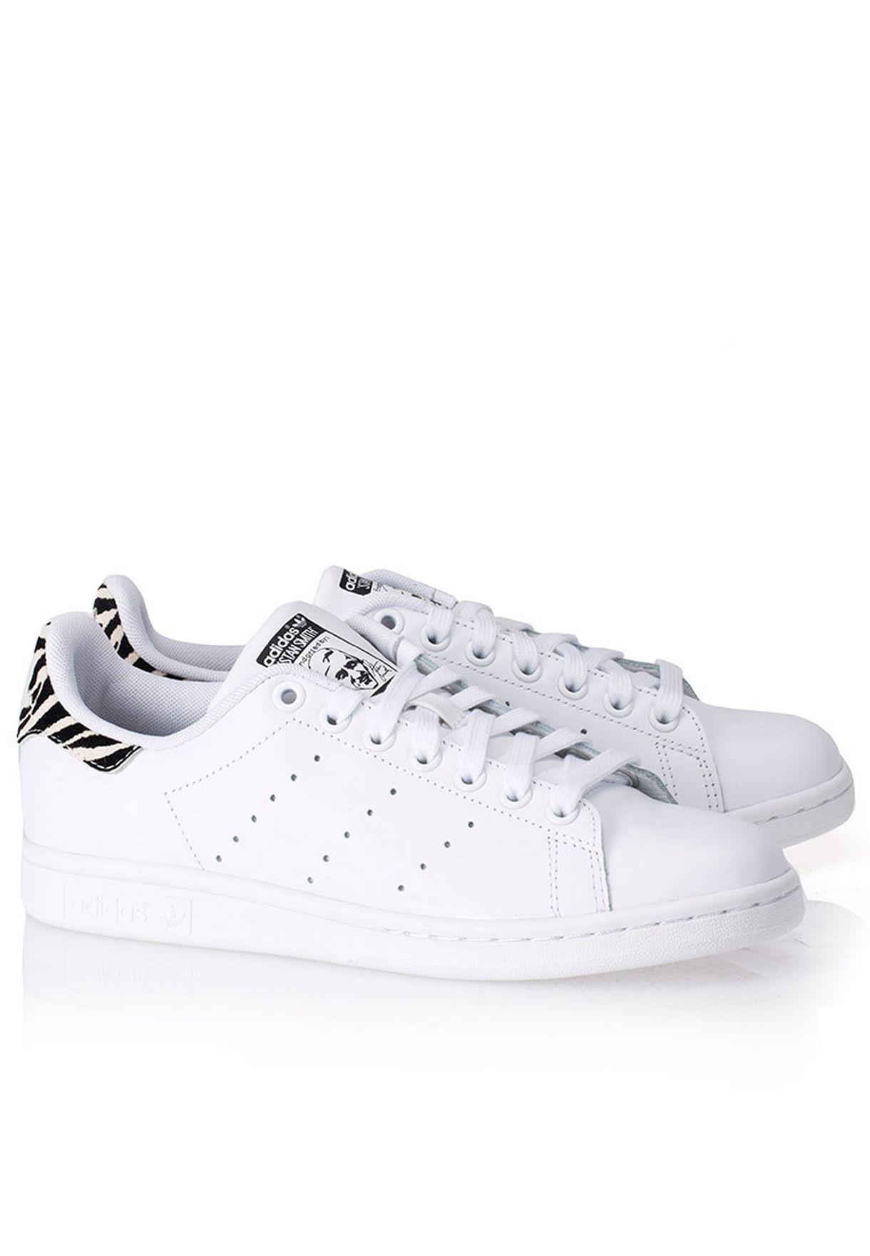 Il negozio di scarpe adidas originali in bianco per le donne in b26590 stan smith