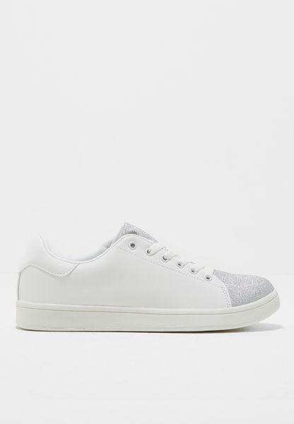 حذاء بذرات لامعة على المقدمة