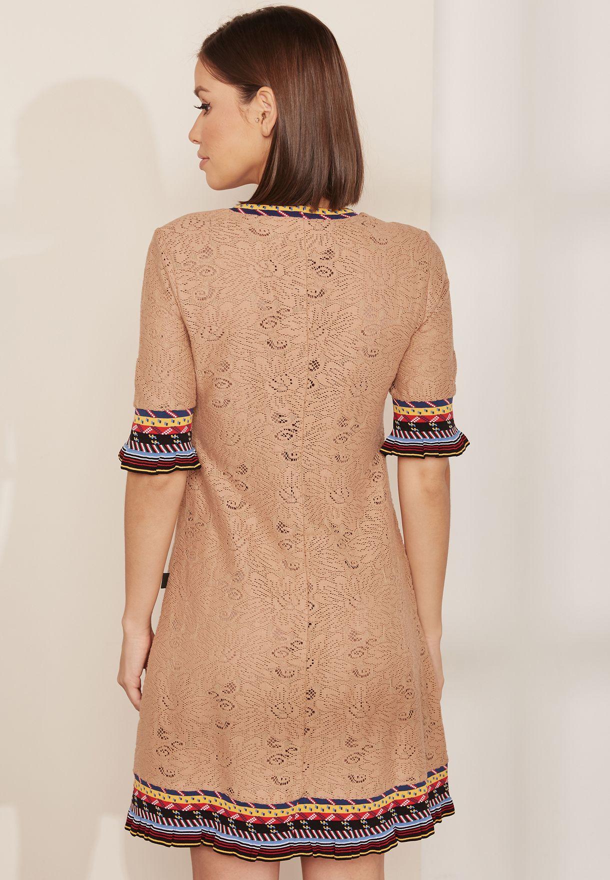 فستان كروشيه بحواف مغايرة