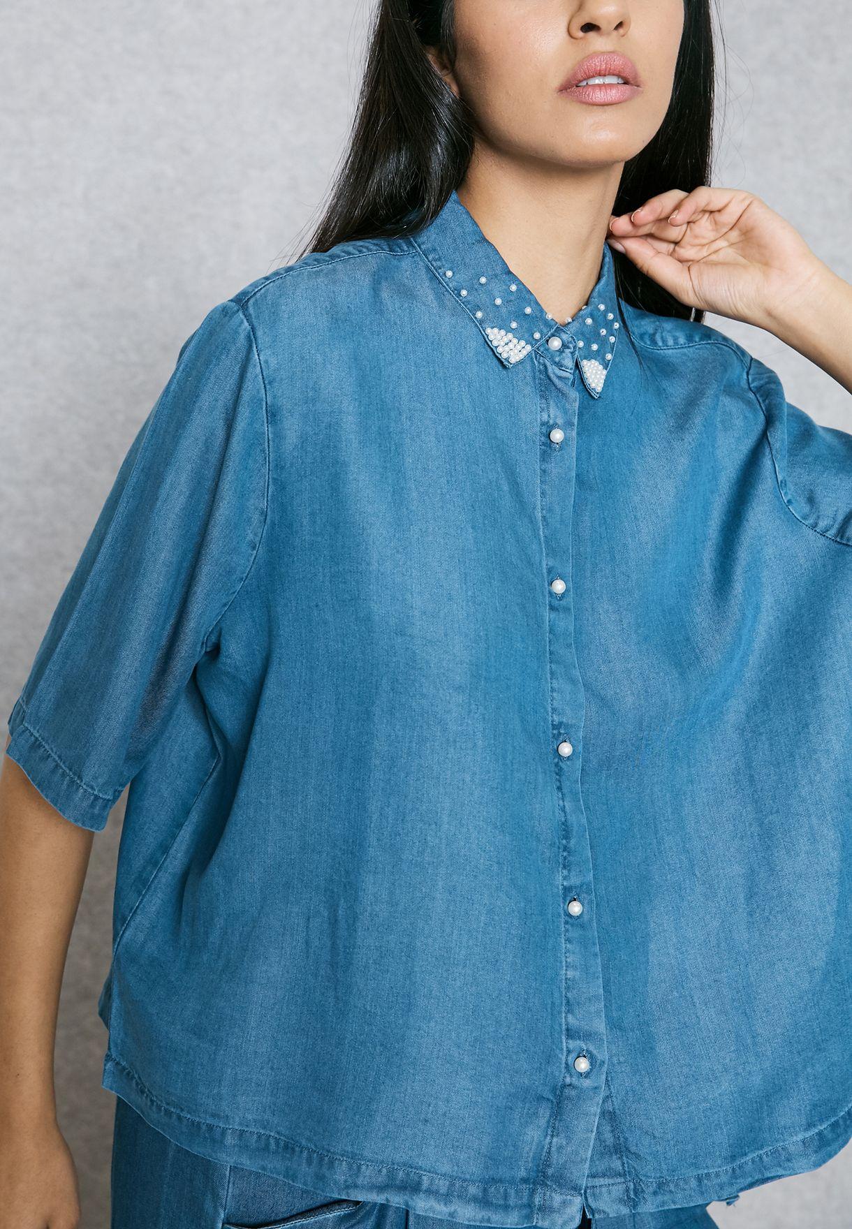 قميص بياقة كلاسيكية مزينة بلؤلؤ