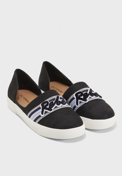 حذاء مزين بكتابة