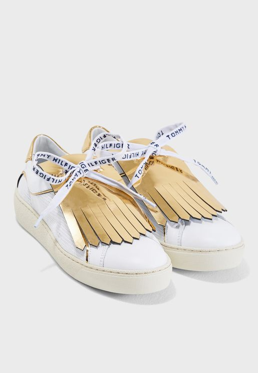 حذاء سنيكرز مزين بشراشيب