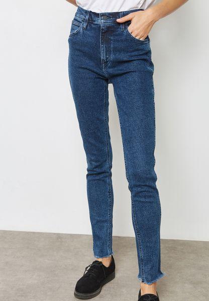 جينز بأساور ممزقة