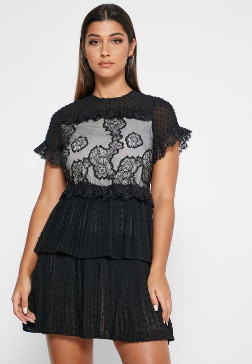 فستان متعدد الطبقات مزين بدانتيل