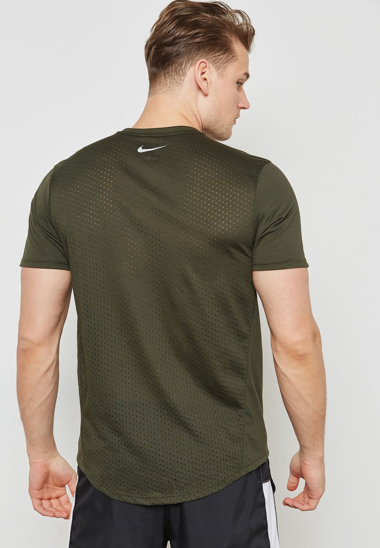 74106298 Shop Nike green Breathe Tailwind T-Shirt 892813-355 for Men in ...