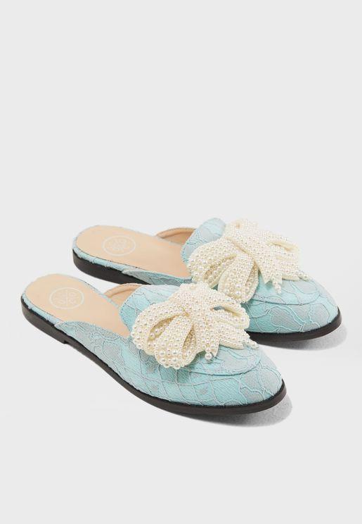 حذاء سهل الارتداء مزين باللؤلؤ
