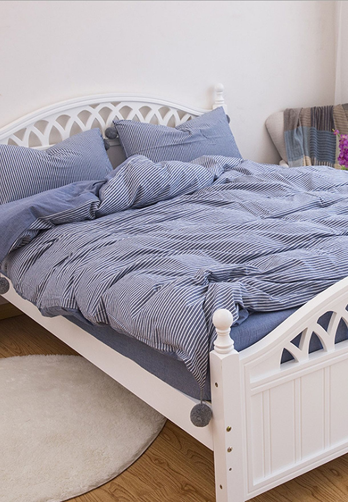 طقم سرير كبير مزين بكرات الفرو