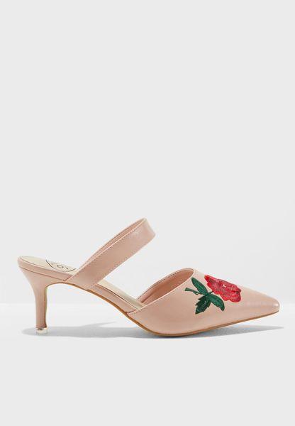حذاء مزين بتطريزات