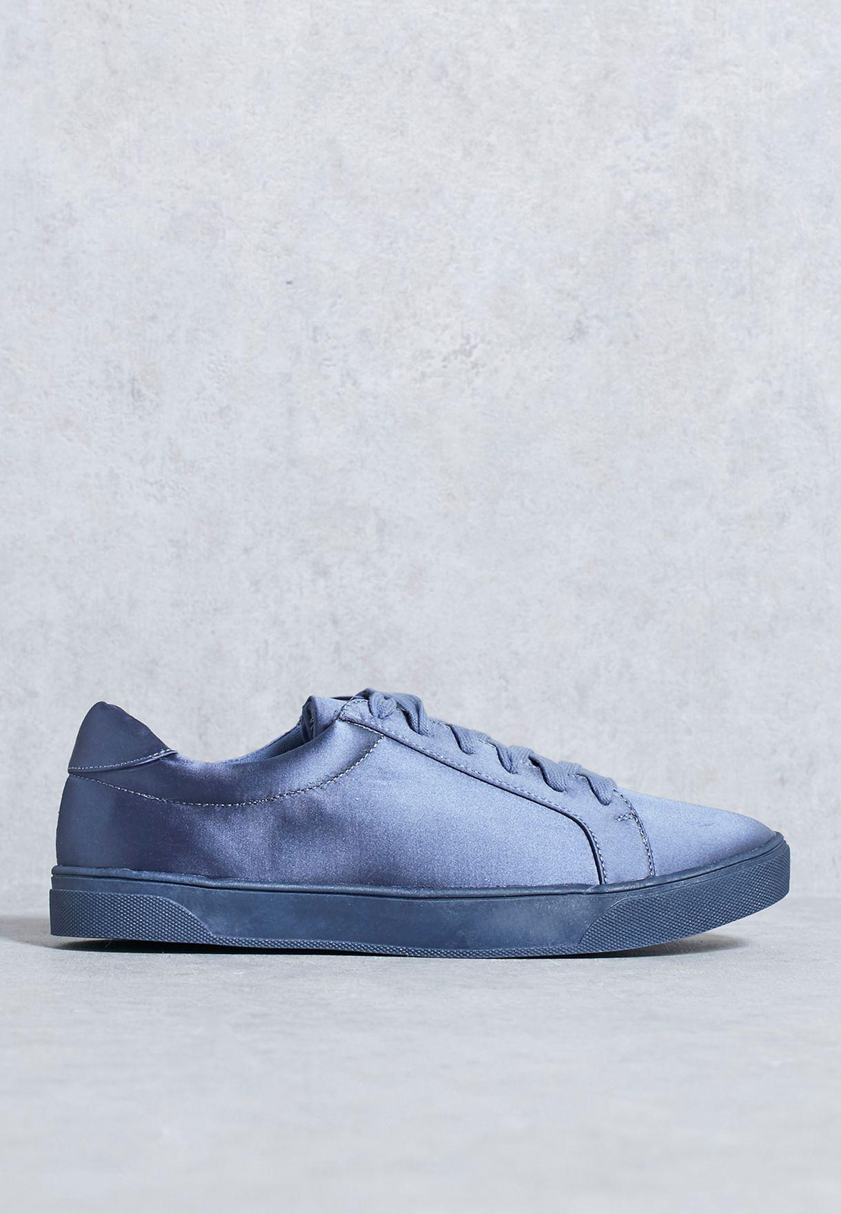 حذاء بأربطة