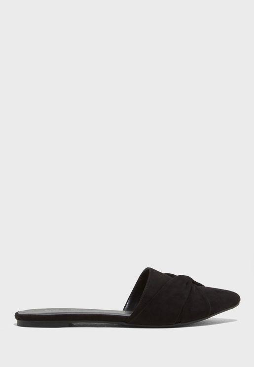 حذاء مزين بعقدة في الامام