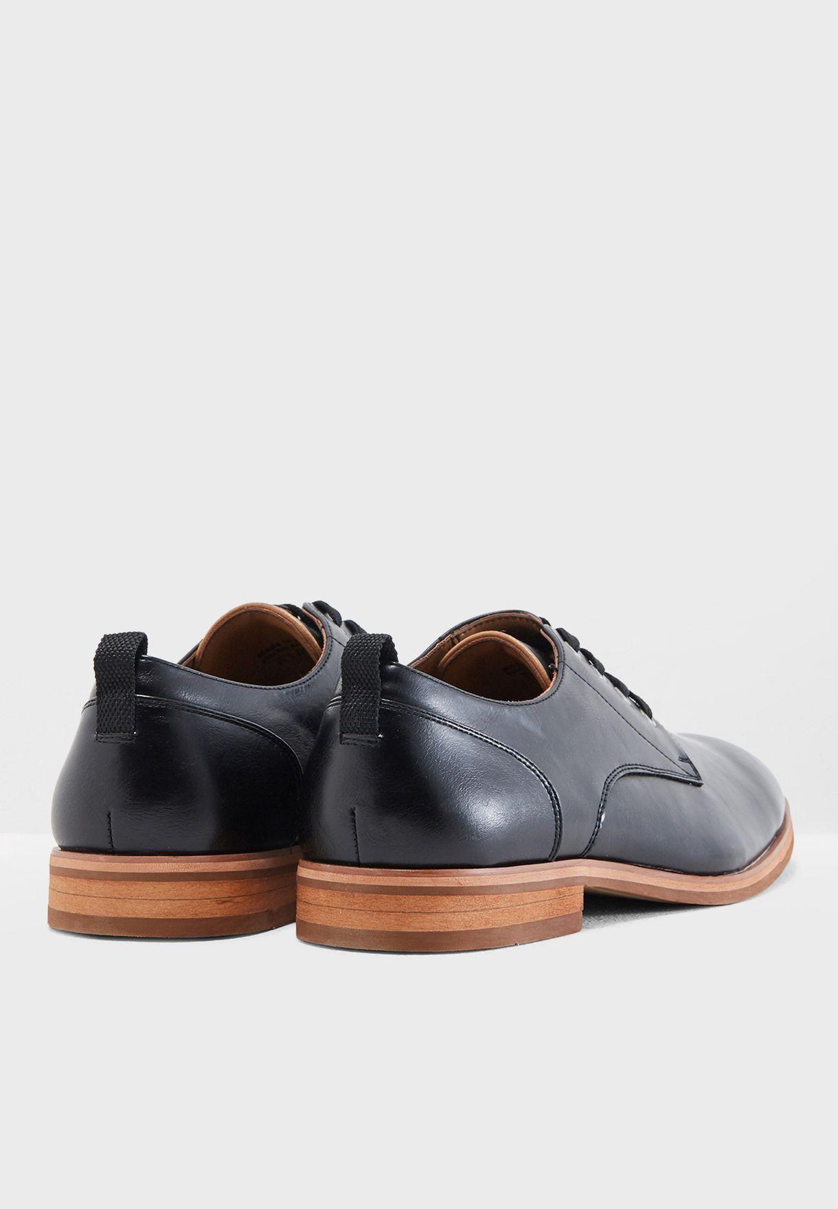حذاء كلاسيكي بأربطة