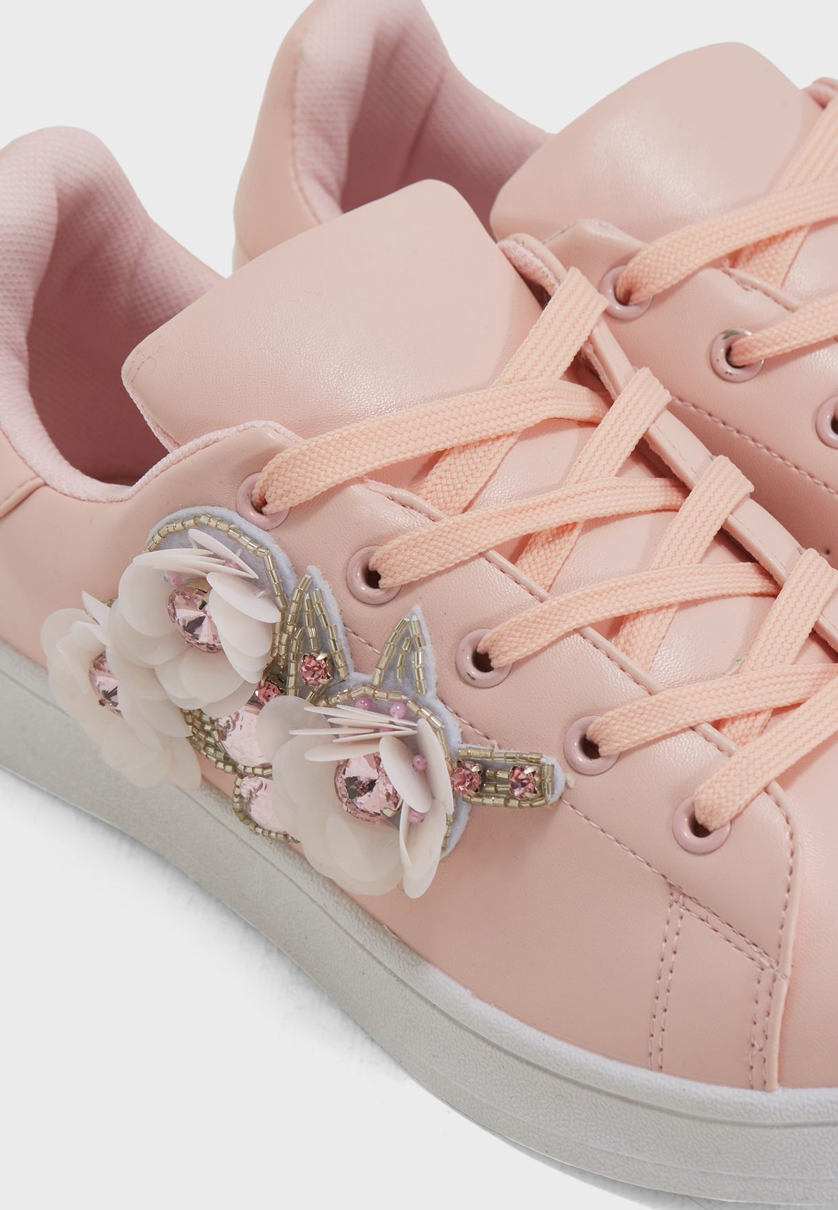 حذاء مزين بازهار