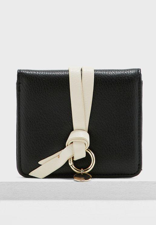 محفظة مع حلقة مزينة بعقدة