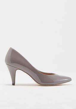 حذاء بكعب متوسط الارتفاع