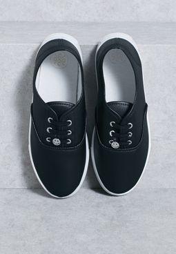 حذاء سنيكرز مزين بوجه مبتسم