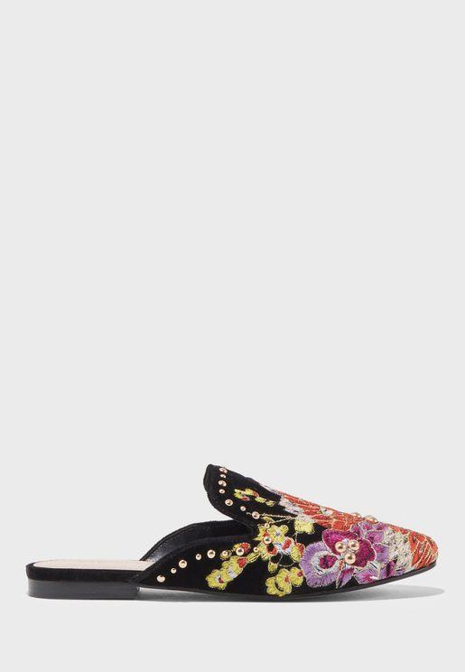 حذاء سهل الارتداء مزين بتطريزات