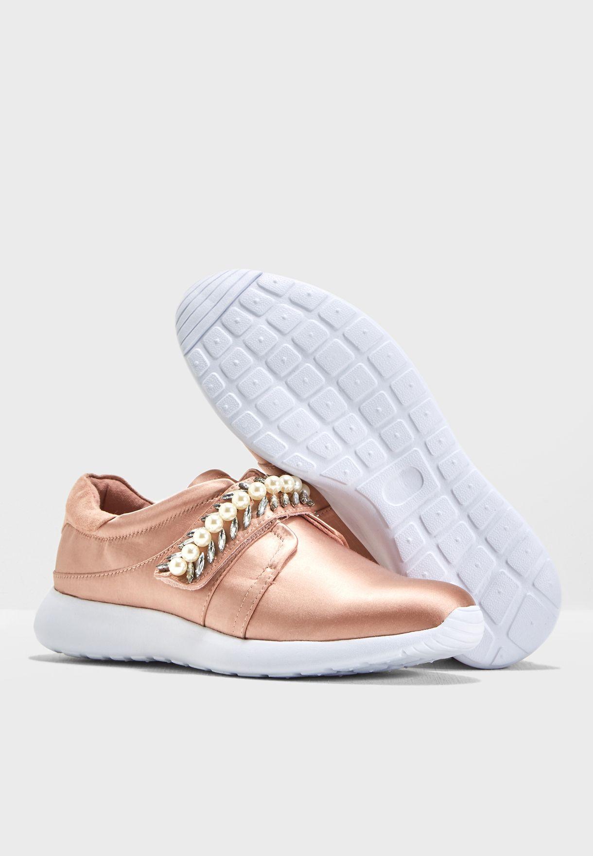 حذاء مزين باللؤلؤ