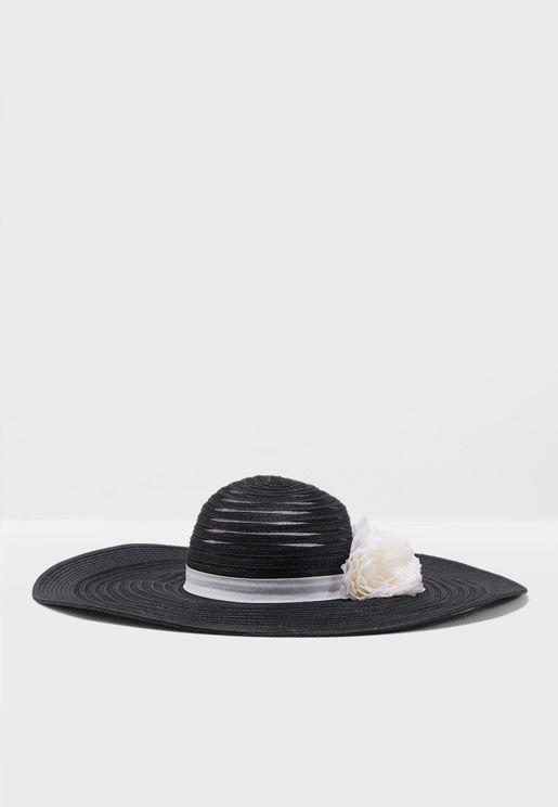 قبعة مزينة بزهرة
