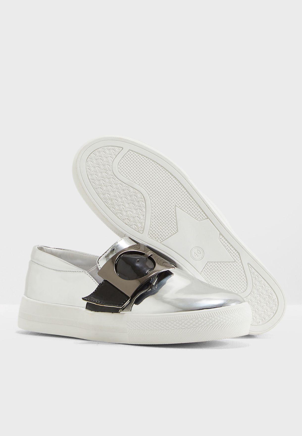 حذاء سهل الارتداء مزين بابزيم