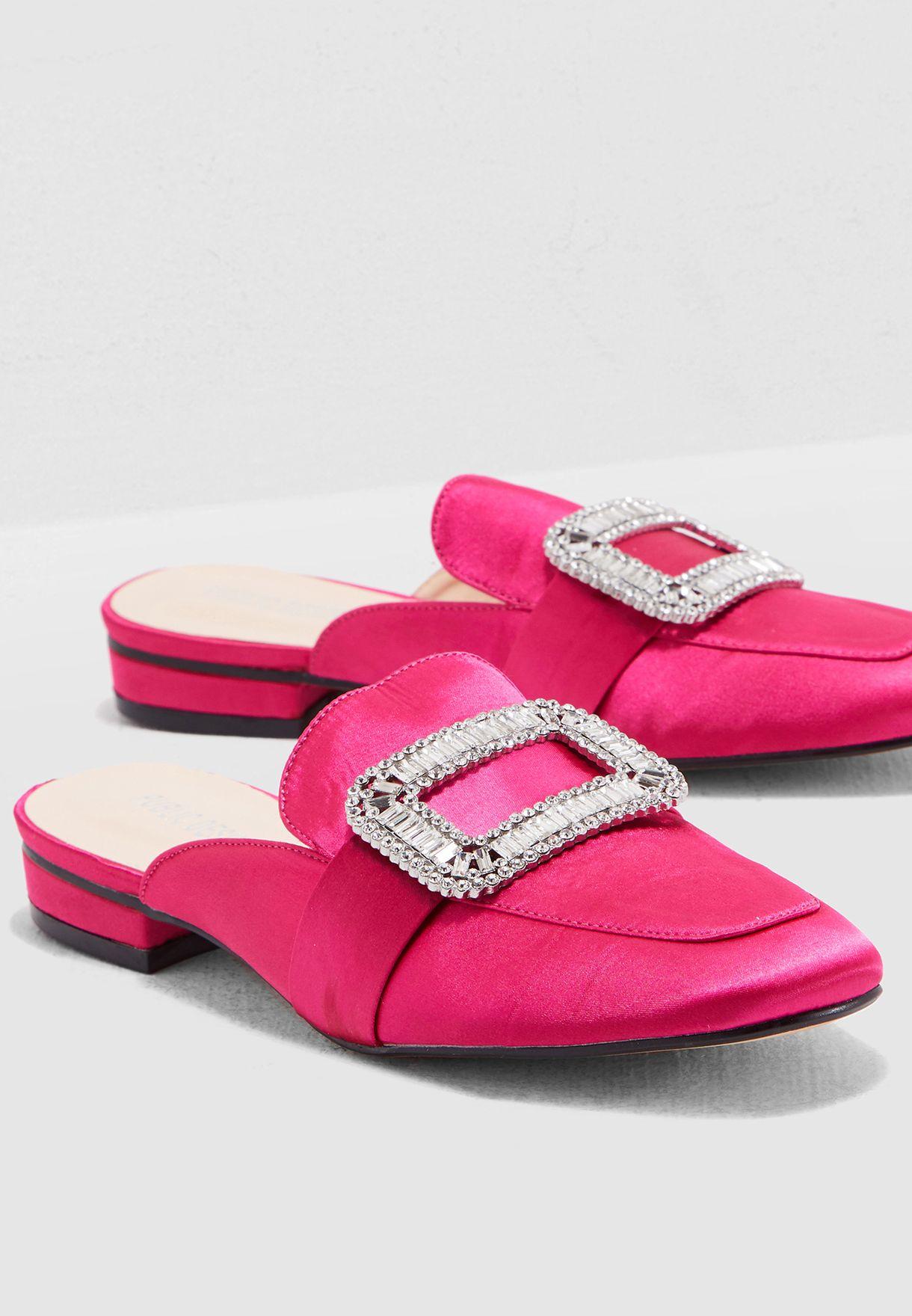 حذاء مزين بالكريستال