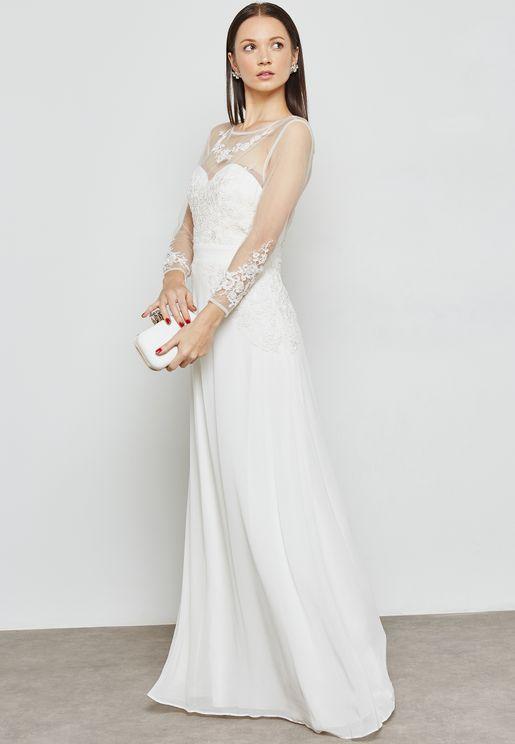 فستان بأكمام شفافة وتطريزات