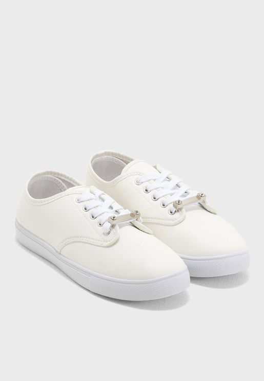 Basic lace up sneaker