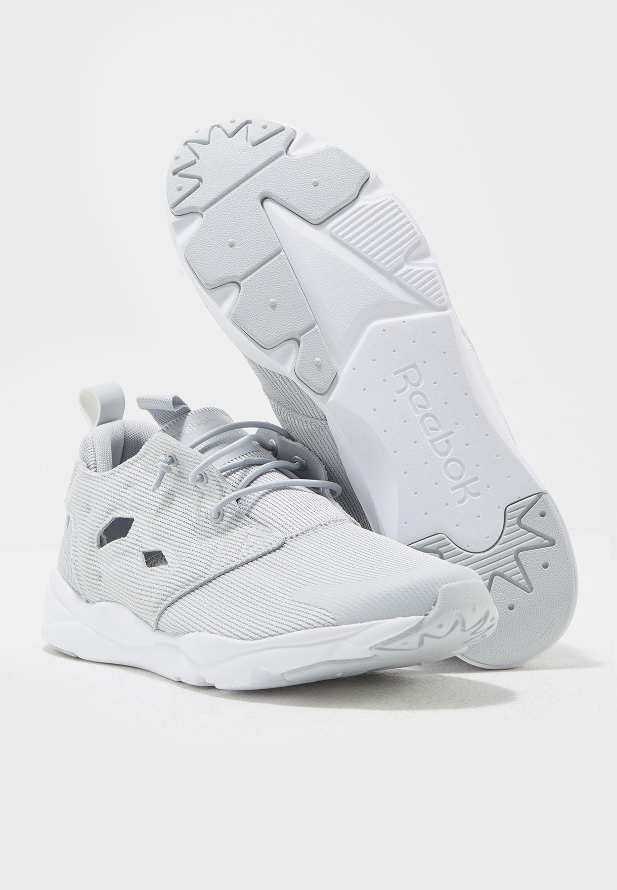 حذاء  بشعار الماركة