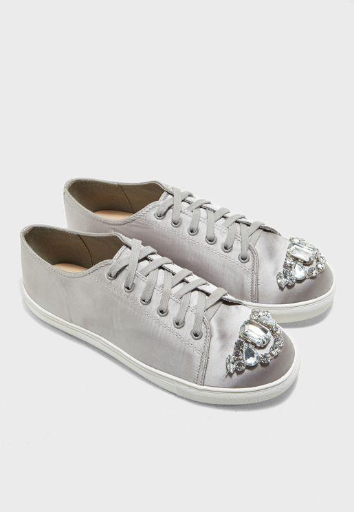 حذاء رياضة مطرز