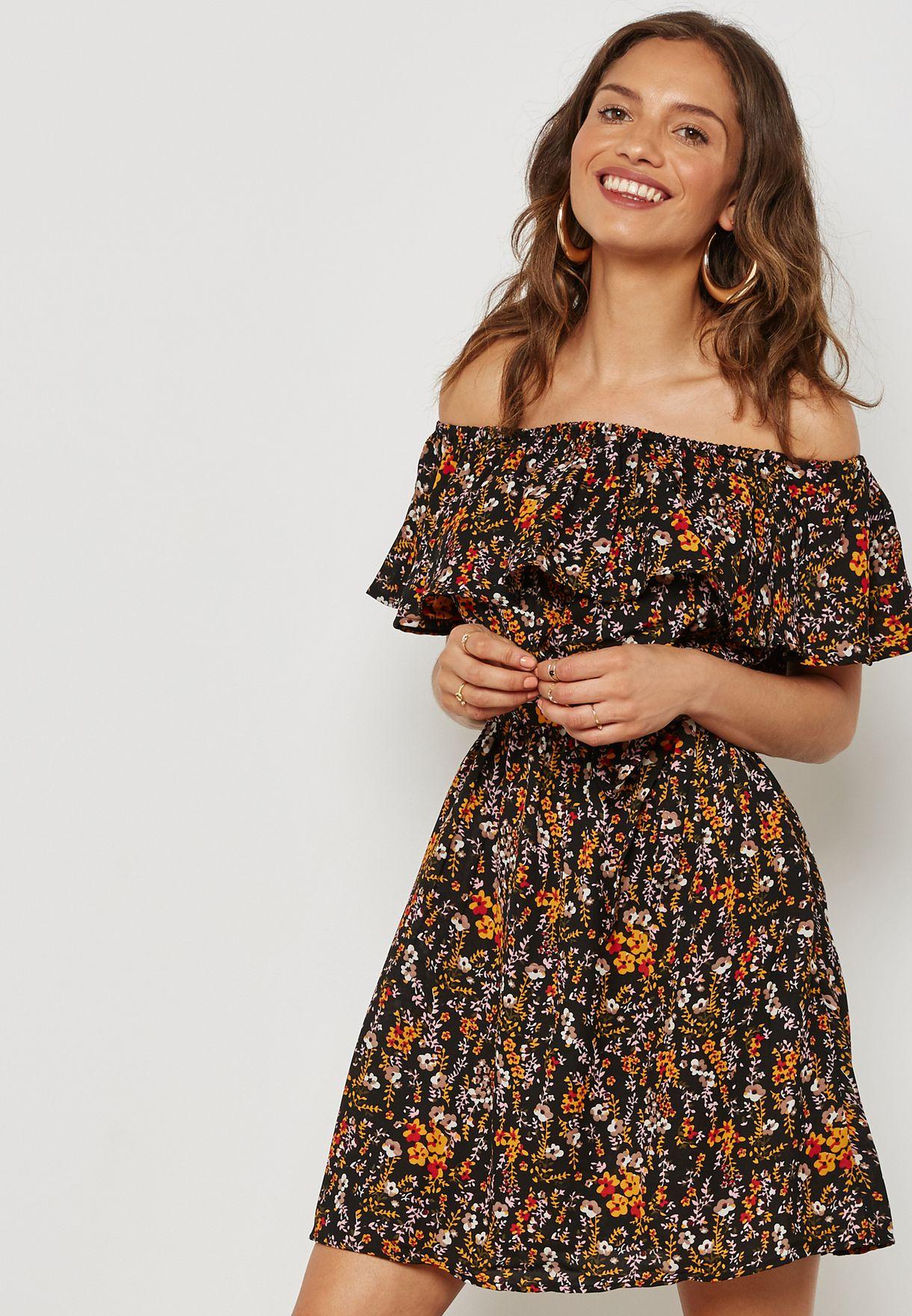 فستان مطبع وباكتاف مكشوفة