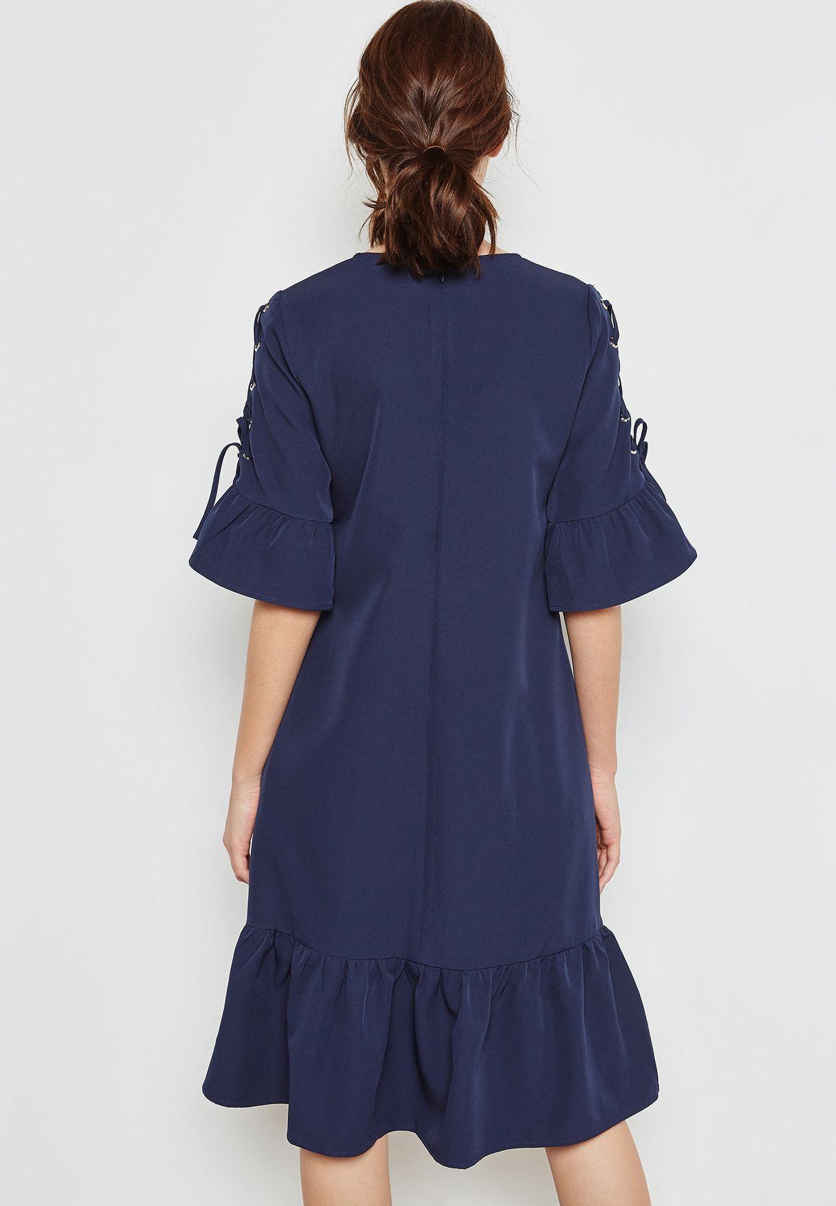 فستان بأربطة على الاكمام وحواف كشكش
