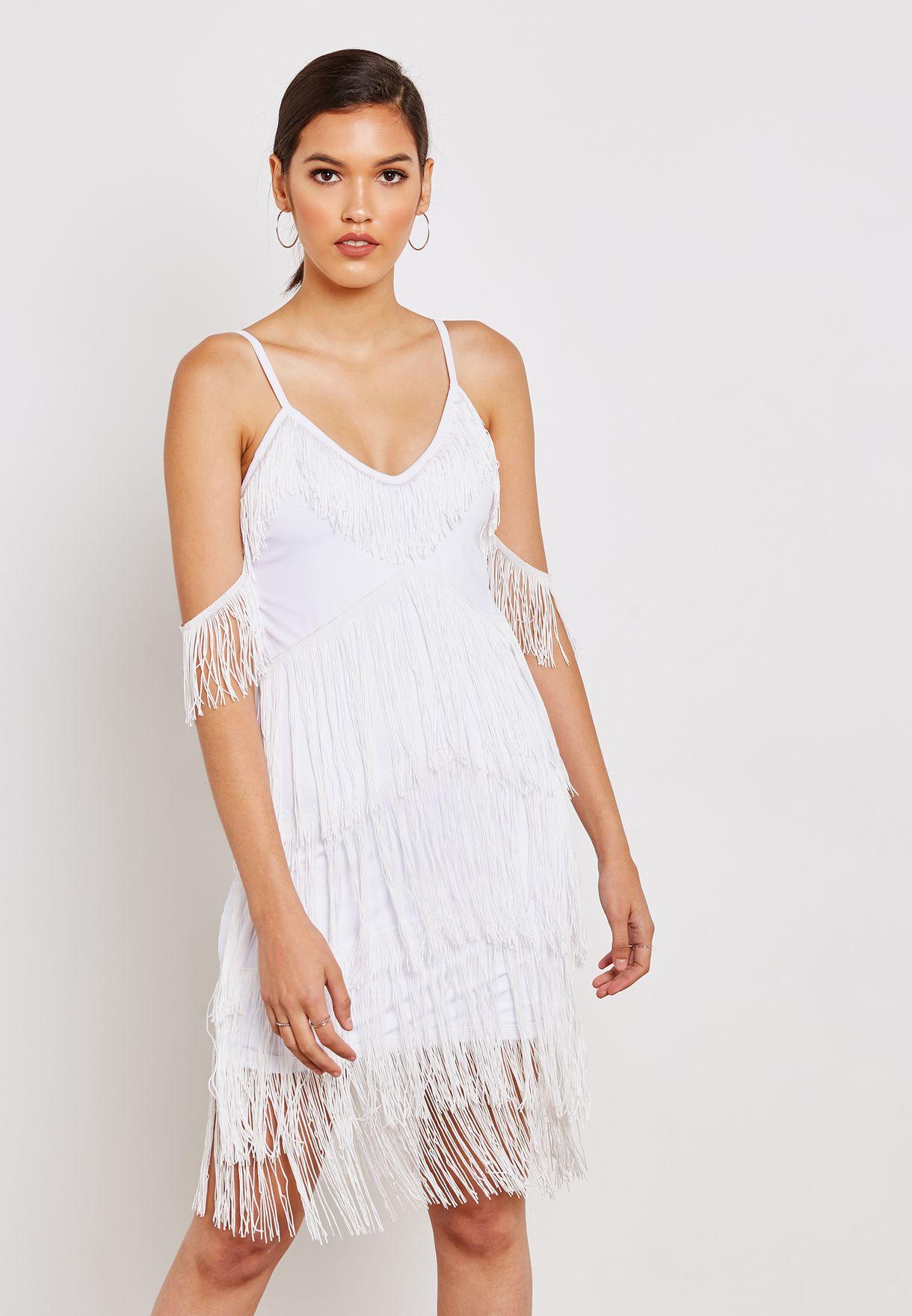 فستان بأكتاف عارية وشراشيب