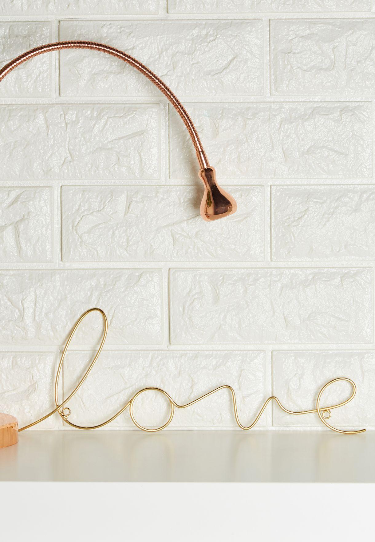 """سلك إضاءة يحمل عبارة """"Love"""""""