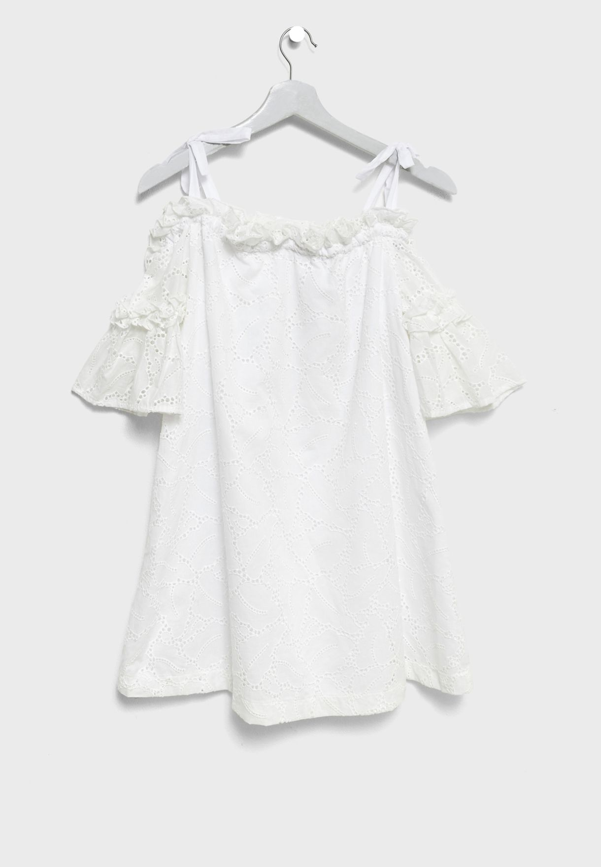 فستان مزين بفتحات صغيرة