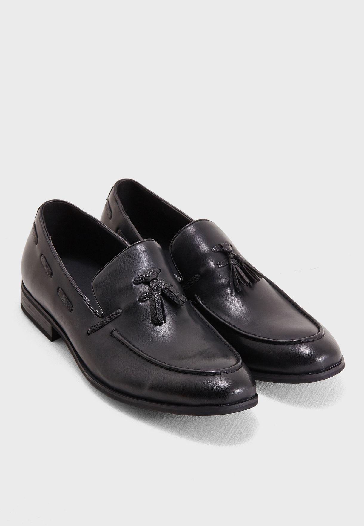 حذاء كاجوال مزين بشراشيب