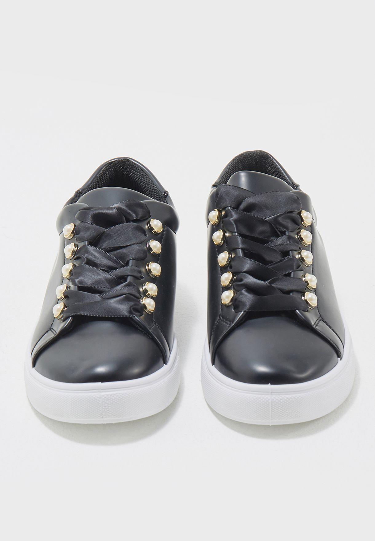 حذاء سنيكرز باربطة ساتان