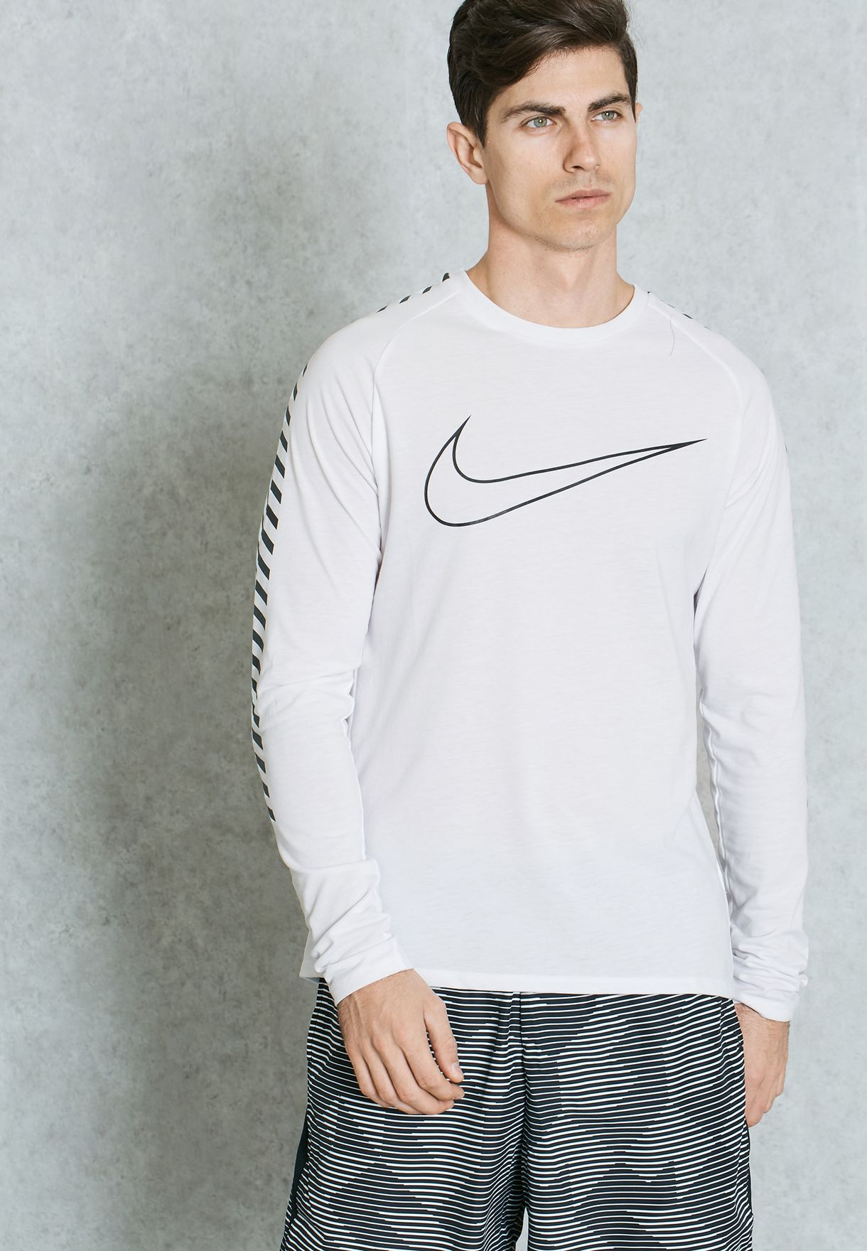 9757af1a Shop Nike white Breath Swoosh T-Shirt 833572-100 for Men in Oman -  NI727AT12VGX