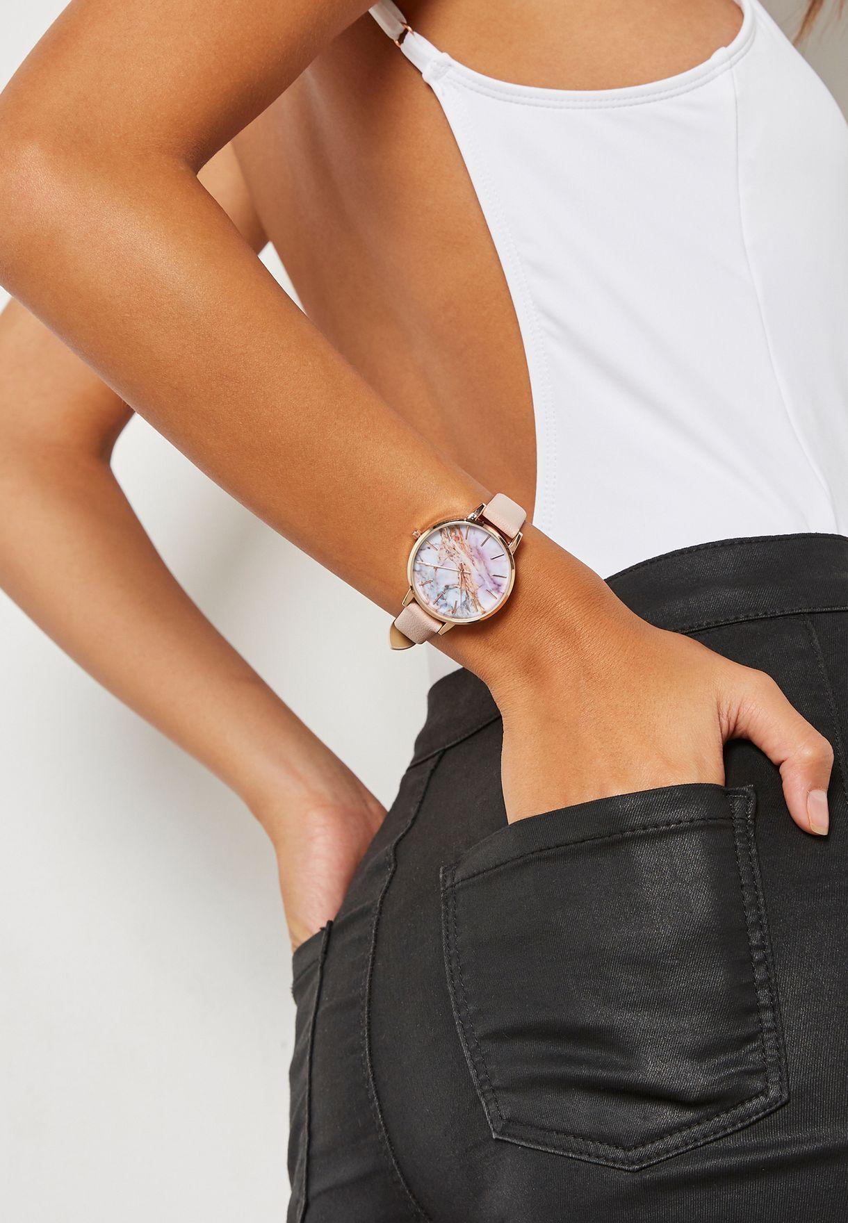 ساعة بطبعات رخامية