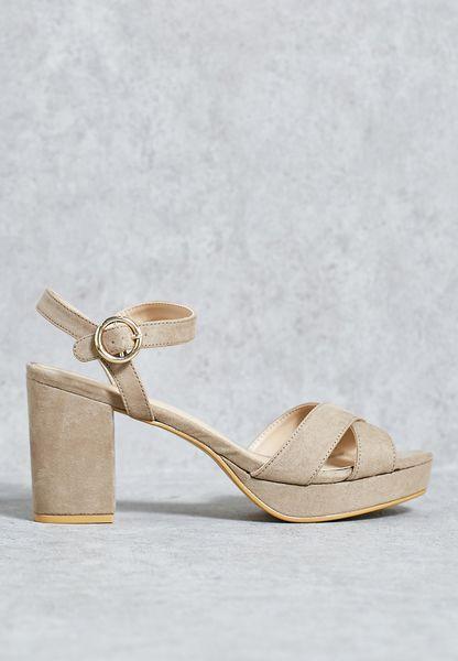 حذاء بكعب بلاتفورم