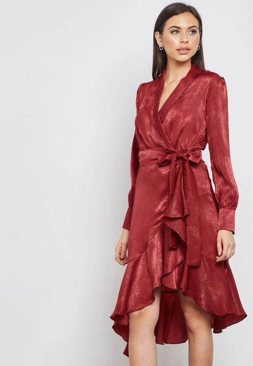 فستان بنمط لف مع اجزاء كشكش
