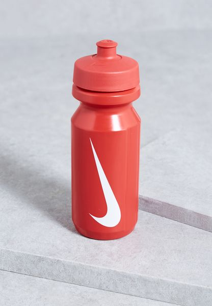 زجاجة مياة بشعار الماركة