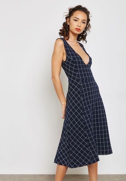 فستان بياقة عميقة وطبعات مربعات