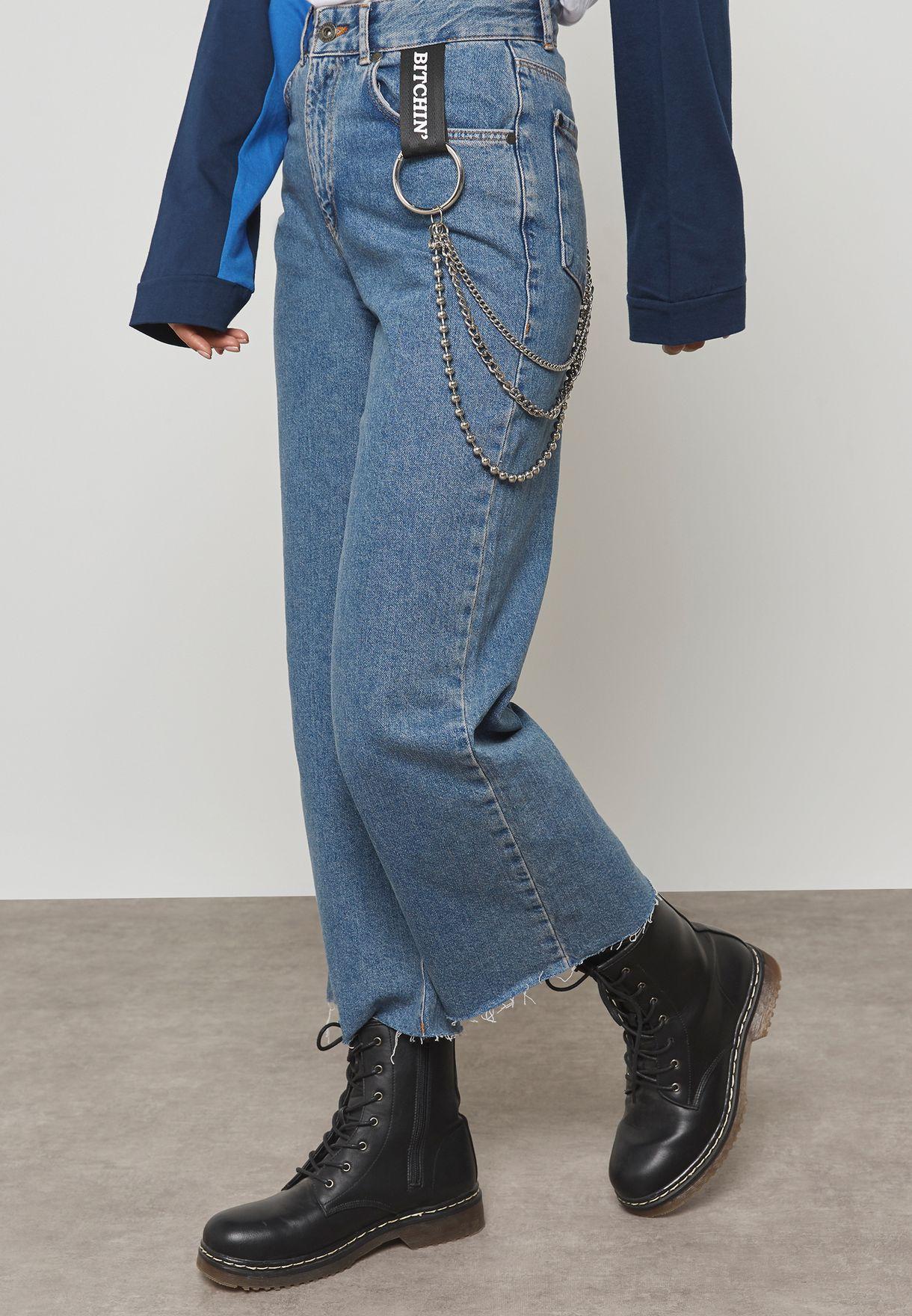 جينز مع سلسلة وحواف غير مدروزة